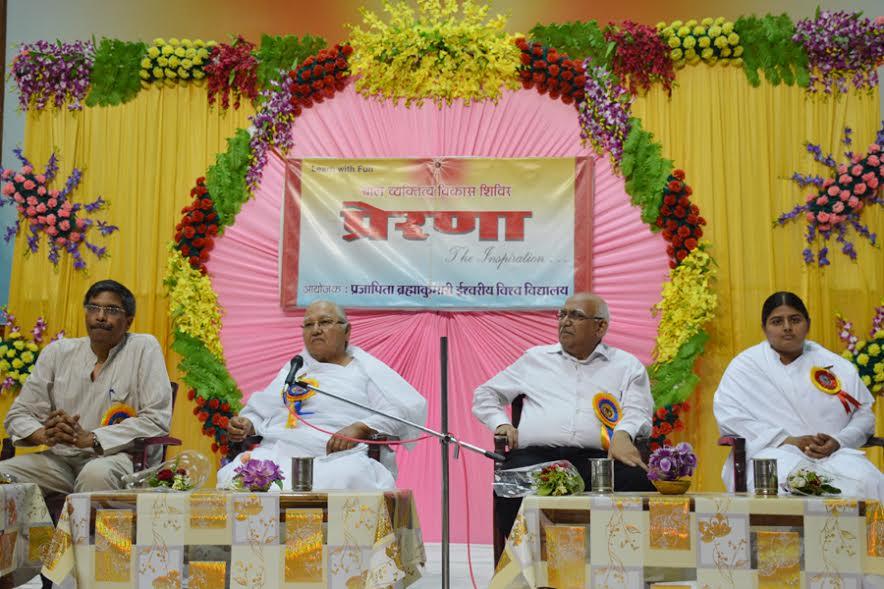 रायपुर: पं. रविशंकर शुक्ल विश्वविद्यालय के कुलपति और भारतीय प्रौद्योगिकी संस्थान (आईआईटी) के डायरेक्टर के साथ समर कैम्प का समापन